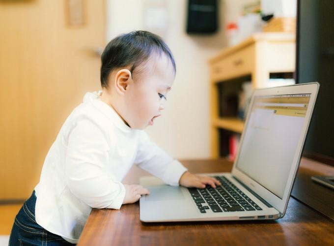 赤ちゃんとパソコン